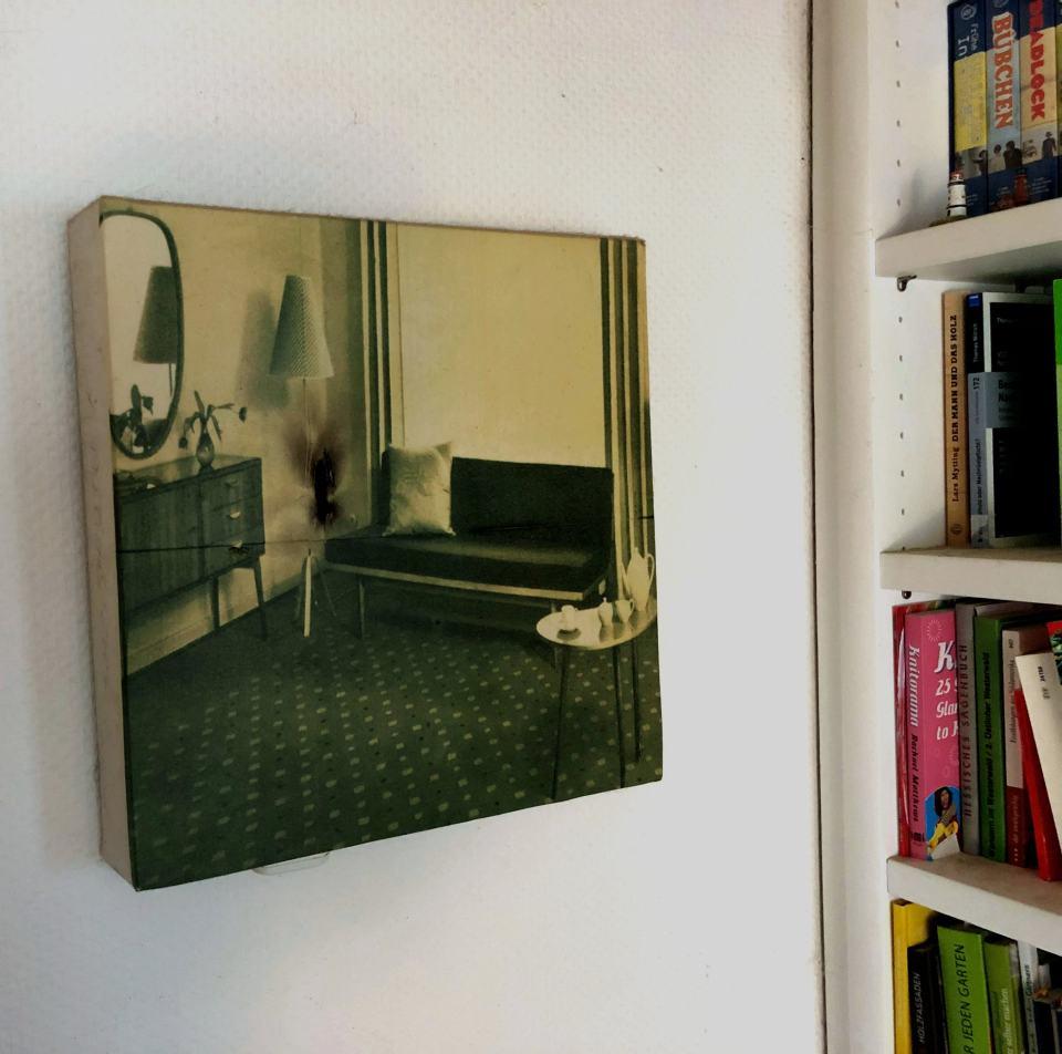 Das End dr Gemütlichkeit/2004/Transferprint Flackerlicht auf Leinwand/40x40cm | Klaus Fabricius | Artist Künstler | Information