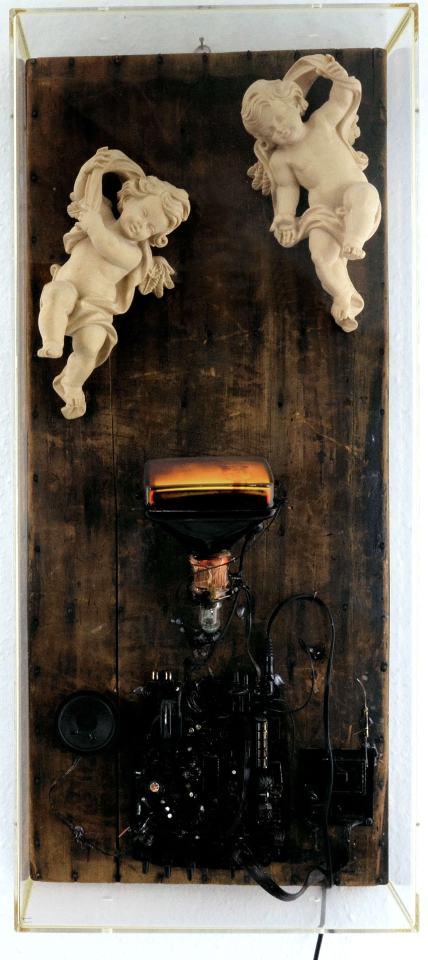 Himmel auf Erden/2002/Holzputten auf Setzbrett, Röhren-TVgerät, Videoplayer/82x37x15cm | Klaus Fabricius | Artist Künstler | Information