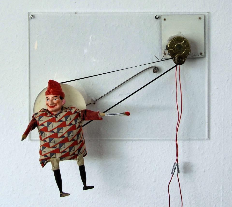 Ich Kasper selbst erklärend/2000/ Stoff-Gips-Figur,Elektromotor; Drehscheibe/30x42x18cm | Klaus Fabricius | Artist Künstler | Information
