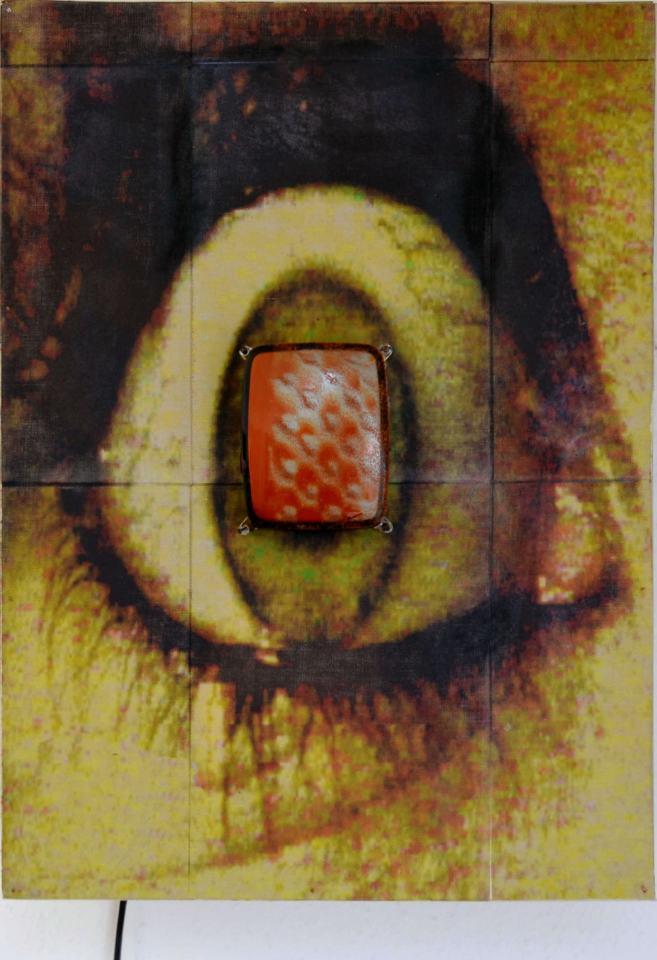 Implantat/2000Transferfoto auf leinwand/TV-Gerät, Video/ 60x40x25 cm | Klaus Fabricius | Artist Künstler | Information