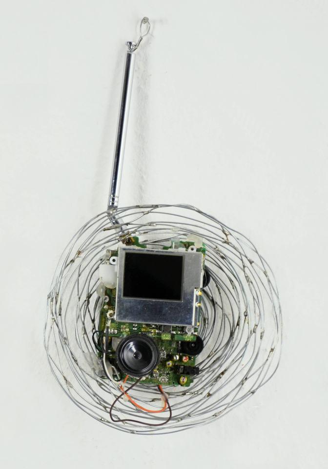 Nest-TV/2003/Drahtnest gelötet, Mini-TV  [außer Betrieb]/25x6cm | Klaus Fabricius | Artist Künstler | Information