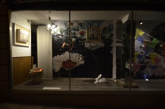Schaufenster Schau- Michas Lädle - Sommer 2019 [Kasperle und Feuer im Eimer und Wimpel in Aktion zu Unzeiten] | Klaus Fabricius | Artist Künstler | Information